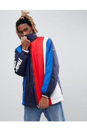 tommy-hilfiger-capsule-giacca-oversize-a-righe-verticali-nero-rosso-bianco-blu-con-icona-e-logo-sulla-manica.jpg.49739c2d4262a007ef94911f0538a5ae.jpg
